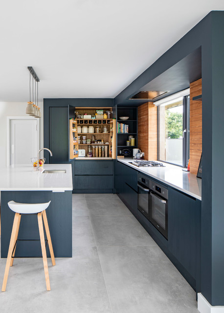 This #modern kitchen has plenty of storage space. #interiorinspo  http://cpix.me/a/102578546pic.twitter.com/fJe6WEuyK4