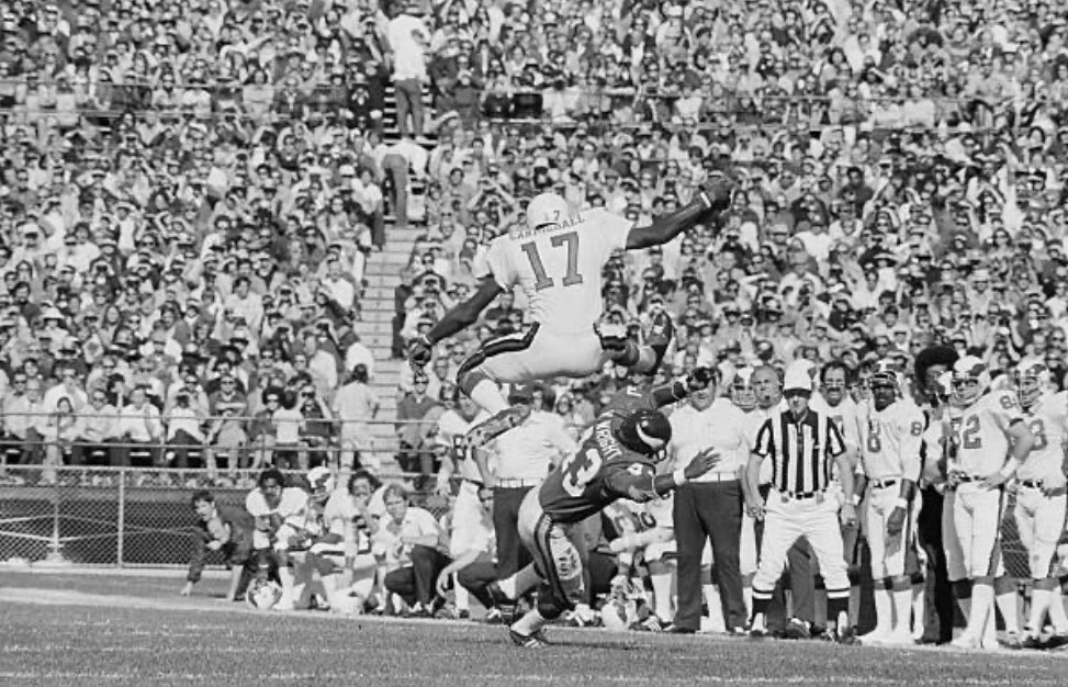 Believe it or not, this Harold Carmichael hurdle was against the rules in 1973. This gain probably didn't stand. @Ol_TimeFootball @SportsDaysPast @NFL_Journal @79_nfl @classicTVsports @PHLEaglesNation @BleedingGreen https://t.co/xCKXYBLdrZ