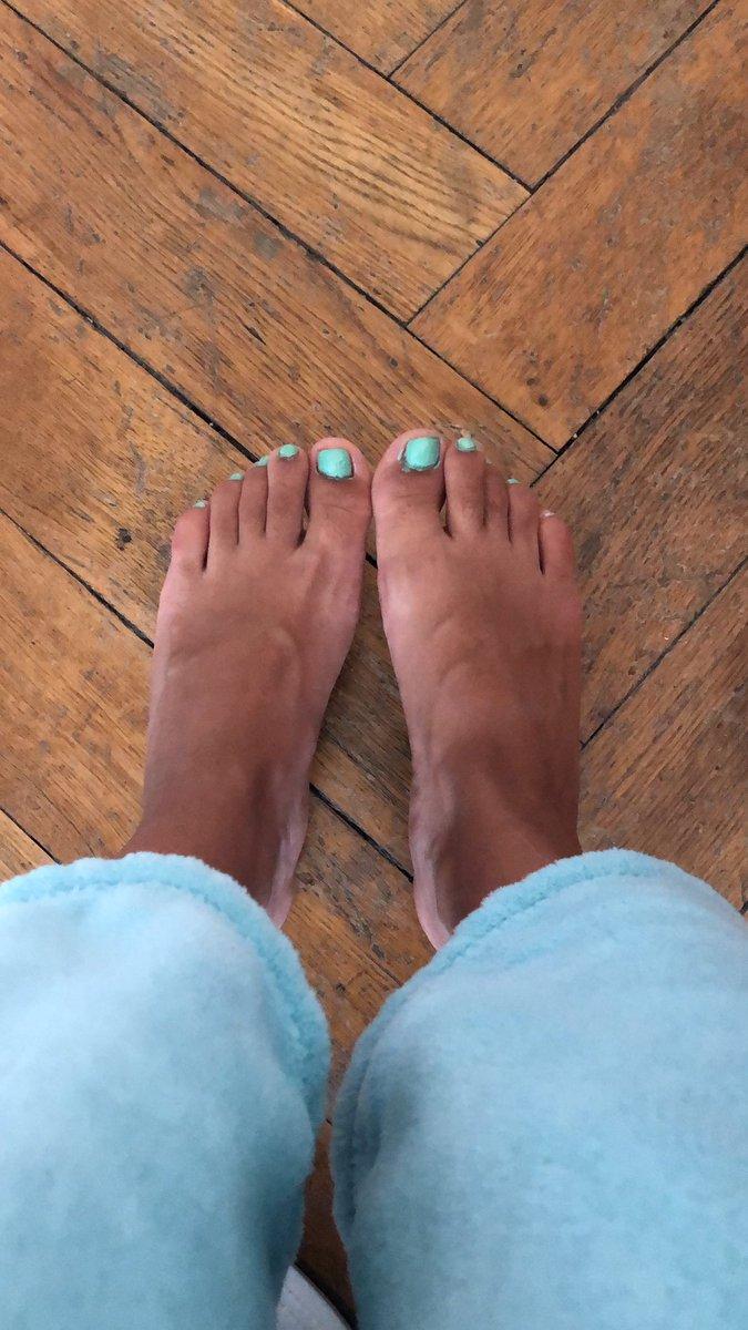 I just painted my toenails! Tell me, is it any good? #footfetısh #nailpolish pic.twitter.com/EMJz3AKlzk