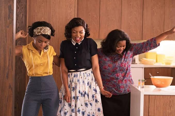 """""""Irk ve cinsiyet eşitsizliğinin var olduğu düzende üç siyahi kadının hak mücadelesine tanık oluruz."""" Büşra Soylu'nun kaleminden; """"Nasa'ya Ayak Basan Üç Kadın: Hidden Figures (2016)"""" https://bit.ly/2XHad9ipic.twitter.com/dQIJKrVlR5"""