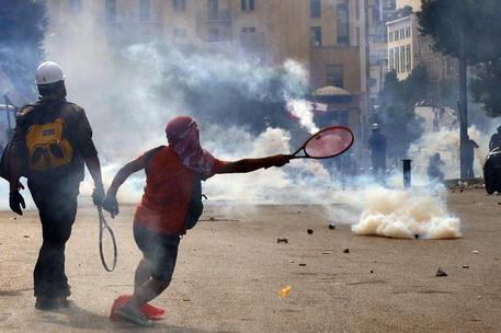 A #Beirut, dopo le esplosioni, divampa la rabbia. Violenti scontri tra polizia e manifestanti che protestano contro il governo, centinaia di feriti e arresti. Assaltati i ministeri.  Al #Tg2Rai delle 20.30 del #8agosto https://t.co/khRtDy5qJD