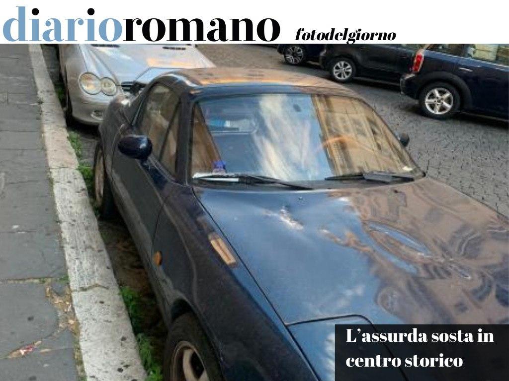 test Twitter Media - Due veicoli in stato di abbandono nei pressi della chiesa di S. Andrea della Valle. Ancora un esempio del modo assurdo in cui viene gestita la sosta in centro storico. . #Roma #fotodelgiorno 📸 https://t.co/YPLbvow2HO