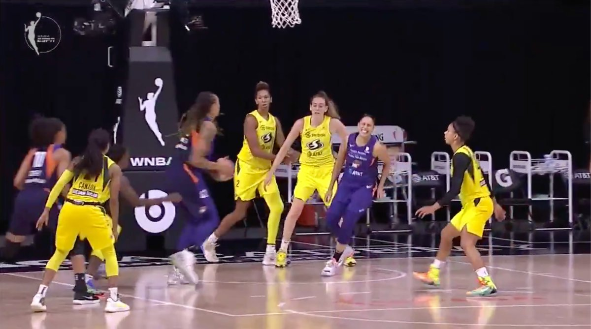 Diana Taurasi came up wincing and limped off the court after this behind-the-back pass to BG. https://t.co/skBLtaiyle