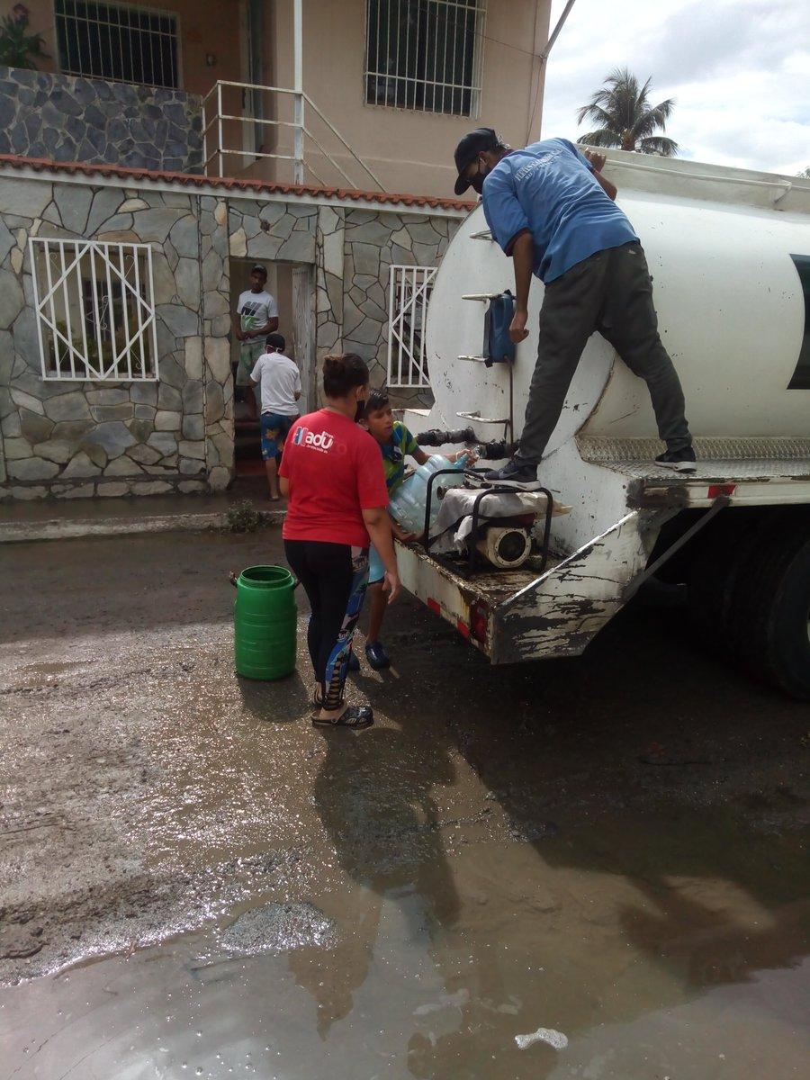 Surtiendo agua en el sector Rómulo Gallegos, Pquia Pedro J Ovalles, Maracay, zona de riesgo x lluvias @RMarcoTorrespic.twitter.com/upRvp8k1ZE