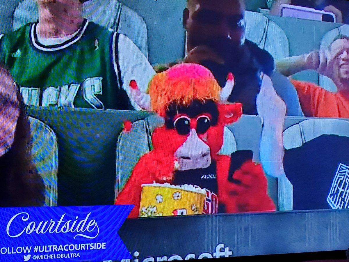 Benny the Bull in the house!🤣🤣🤣 #Bucks #Mavericks #NBA https://t.co/FVjUFcvmWw