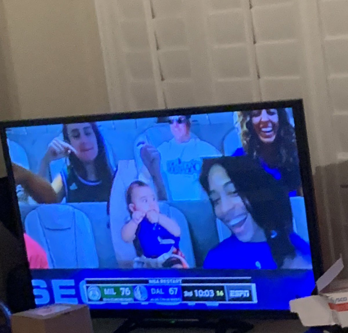 When you are watching MIL vs. DAL game and @OMG_itsizzyb pop up on the screen 😂😂 https://t.co/uWh4PzFbHp
