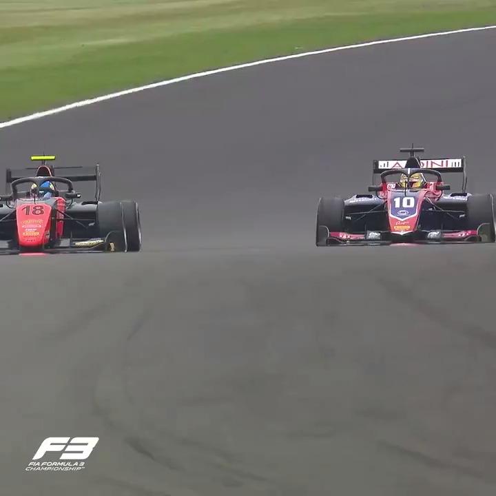 The greatest ever @FIAFormula3 final lap?! 😍  It went down to the last corner... 😱🍿  #F170 🇬🇧 #RoadToF1   https://t.co/axs0juXrKa