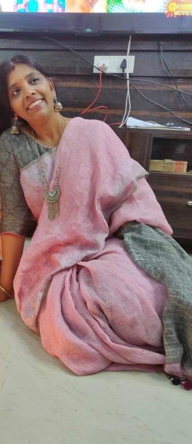 Handloom weaves once draped we can't stop loving because they have a touch of warmth and love. In pic I'm in Linen cotton. #SaveTheWeave #Savetheweave #Savetheweavechallenge #Vocal4handmade #indianhandloolms  #textilesofindia #handloomsofindia #indianhandloomspic.twitter.com/7ovwa8qD63