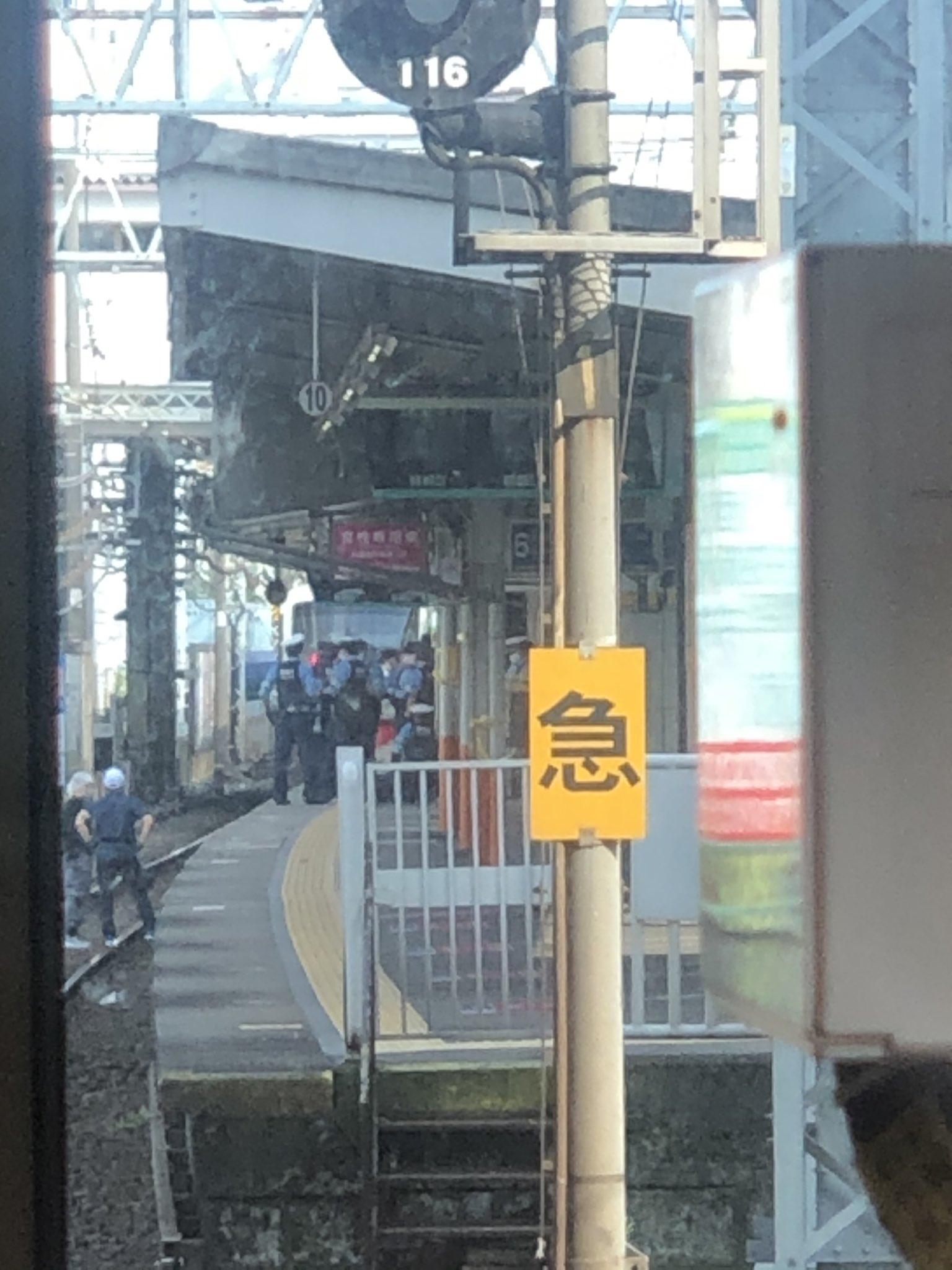 西新井駅の人身事故で現場検証している画像