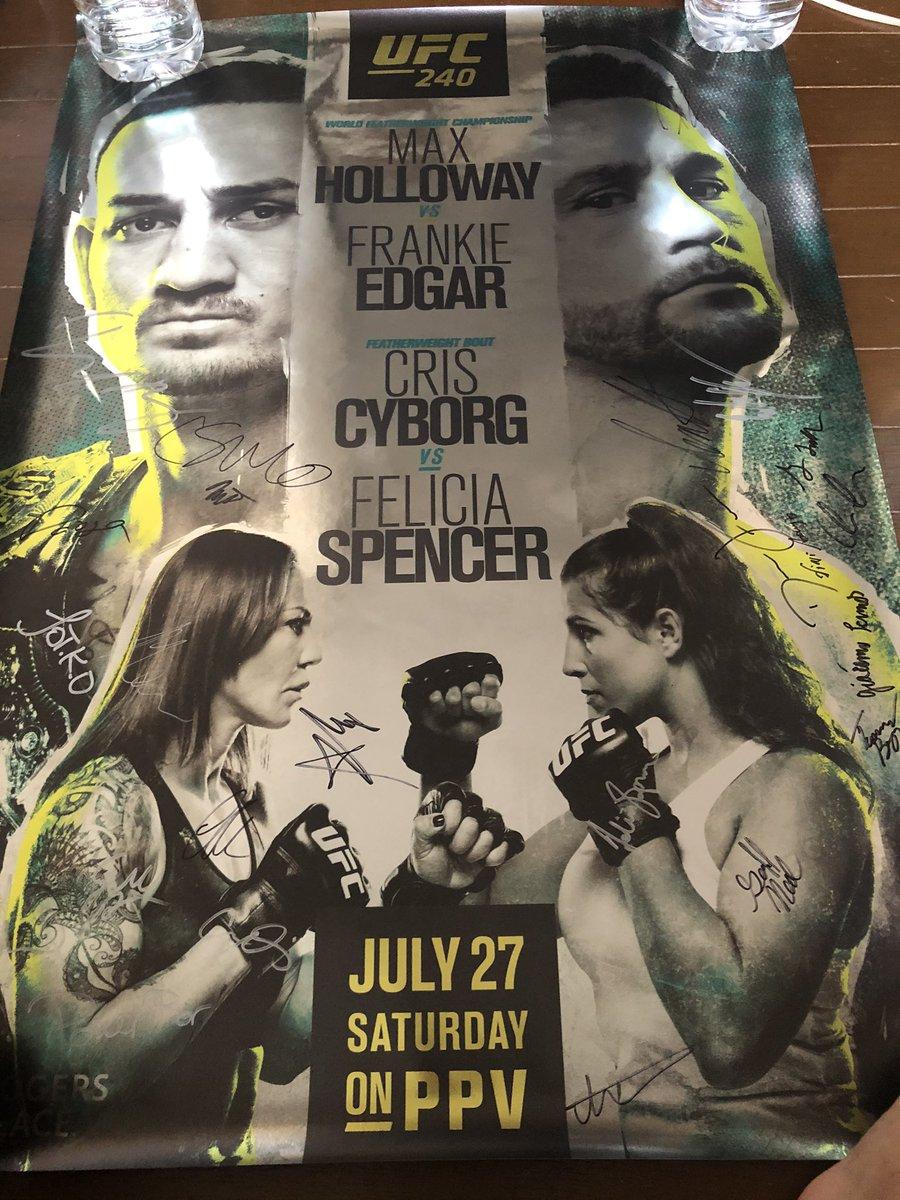 UFCデビュー戦の時の全選手サイン入りポスター! 選手は2、3枚貰えるけどなくしてしまったから5万円で購入!  さあ俺のサインはどれでしょう!笑 #ufc240 https://t.co/ncW7ltyb7n