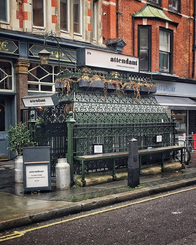 A coffee shop in a former victorian toilet in London 📷instagram.com/simona.ladytra…