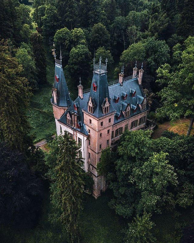 Meysembourg Castle is located some 2 km south-west of Larochette in central Luxembourg. While the site has a history dating back to the 12th century, todays castle was built in 1880 in Neo-Renaissance style and is privately owned. 📷instagram.com/tom_juenemann/