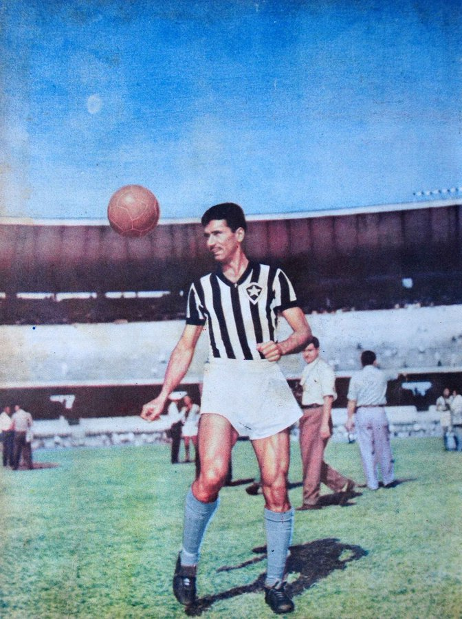 Nilton Santos, a Enciclopédia do Futebol no Velho Maracanã, tratando a bola com carinho e em cores, usando a camisa alvinegra do Botafogo.