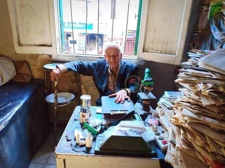 كان خفيف الظل، تعلّم العلم لينقذ المرضى ويساندهم، حتى لقب بطبيبهم #طبيب_الغلابه  توفى اليوم بعد 76 سنة عاشها في خدمة الناس، لم يرضَ رغد الحياة، وغدق الأموال، كان همّه الوحيد كيف يُحيي نفساً طيّبة.  ﴿وَمَنْ أَحْيَاهَا فَكَأَنَّمَا أَحْيَا النَّاسَ جَمِيعاً﴾ https://t.co/w1lrUIAM2c