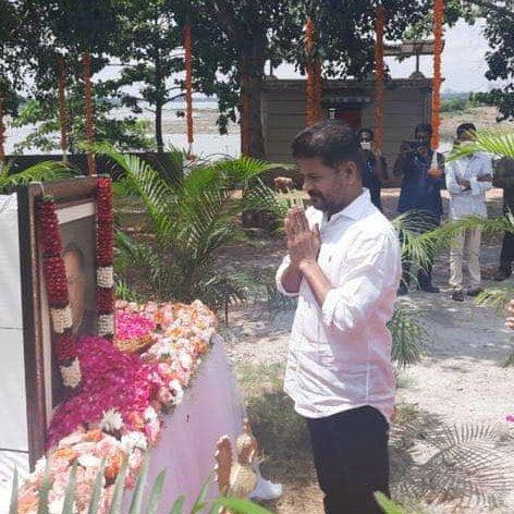 జైపాల్ రెడ్డి ఘాట్ వద్ద నివాళులు అర్పించిన @revanth_anumula అన్నగారు #Telangana #JaipalReddy #TGRS
