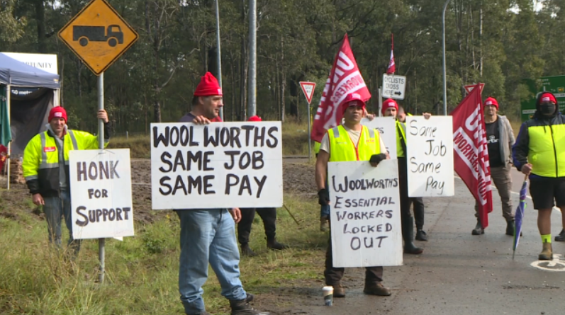 solidarity to locked out workers on strike at #warnervale #woolworths distribution centre. #samejobsamepay #uwu pic.twitter.com/FVg2PtbdoE