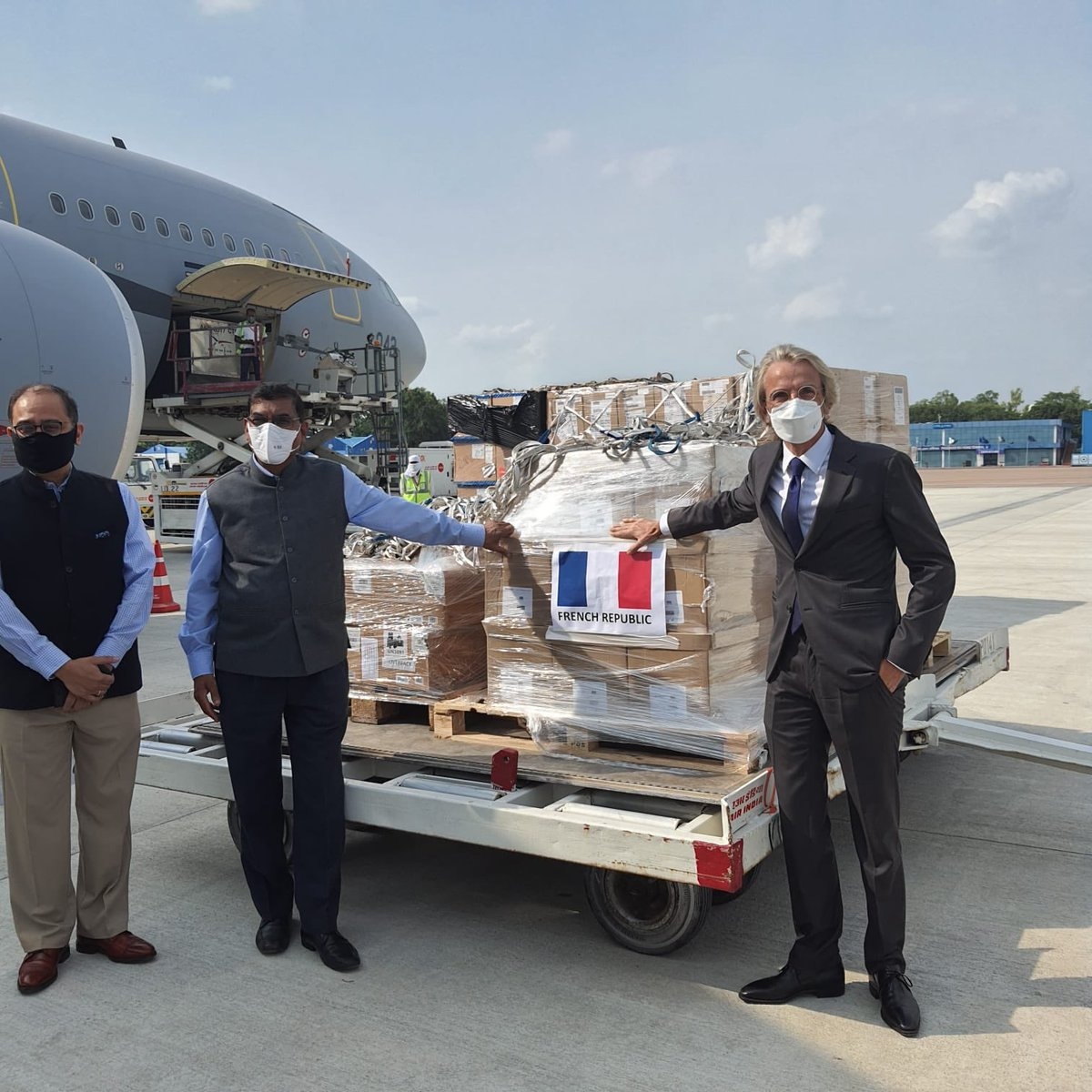 Delighted to hand over #COVID19 medical equipment from France to Shri RK Jain, Secy General @IndianRedCross. France earlier granted €200 MN in financial aid to India thro' @AFD_en. With @IFCCI1 CSR committee, French companies, too, have contributed to relief efforts in India.