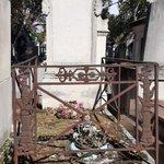 """Une tombe très discrète au cimetière  de Montmartre : celle du bourreau Charles-Henri Sanson. Il y a 226 ans, les 28-30 juillet 1794 (10-12 thermidor an II), trois grosses journées de travail l'attendaient, avec la décapitation de 105 membres de la """"faction"""" de Robespierre."""