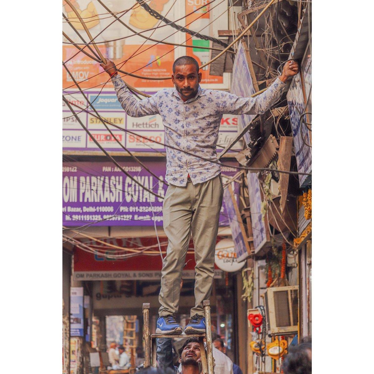 A man stand in a ladder in hold the electric Cable. . . #chawribazar #delhi (2018) . #streetmagazine #streetmobs#peopleinsquare#moodygrams#illgrammers#instamagazine#twgrammers #dipanshukumarstudio #HISTORYTV18 #natgeo #natgeotravel #SteveMcCurry  #yourshotphotographerpic.twitter.com/S8FTtUwjXG