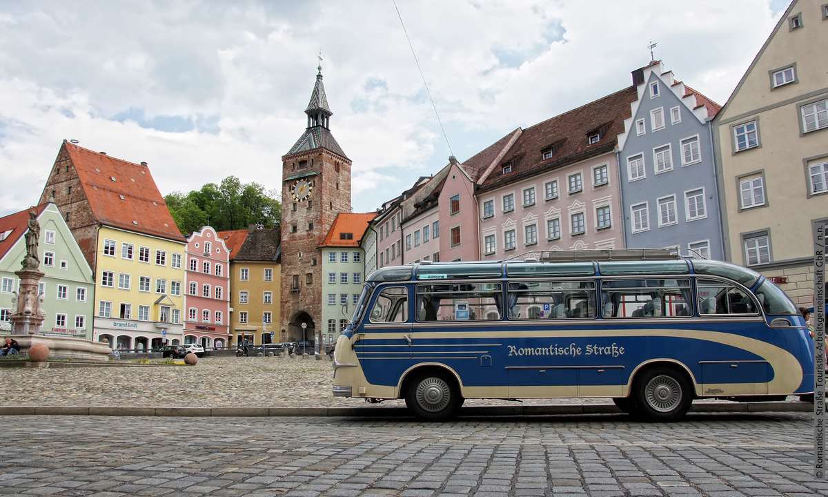 De 460 km lange Romantische Straße is al 70 jaar lang een echte klassieker. 😍 De route start in Würzburg en eindigt aan de voet van het sprookjeskasteel Neuschwanstein. Heb je deze route al eens gereden? #GermanyAwaitsYou https://t.co/3whk44VzBG