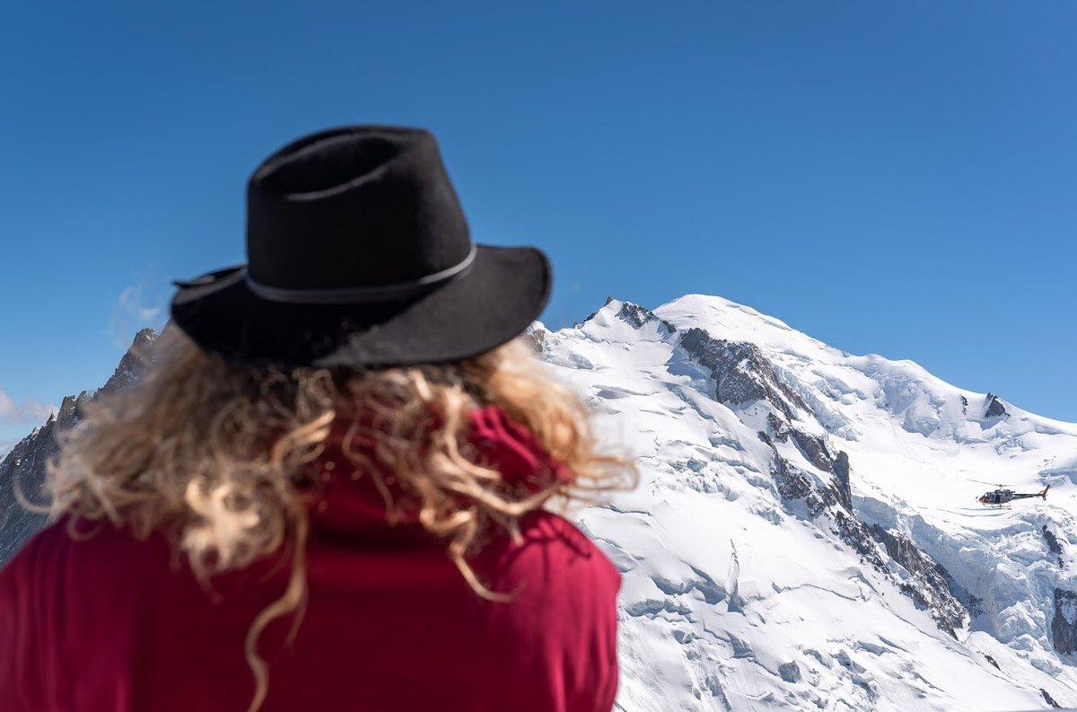 Face au Mont Blanc et aux plus beaux 4000m des Alpes... au sommet de l'Aiguille du Midi, véritable citadelle du vertige à 3842m à #Chamonix, des vues inoubliables, les yeux dans les neiges éternelles! #MagnifiqueFrance 📷de moi @Foehn_Photo