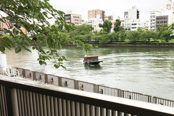 真珠養殖の作業用だった小船で大阪の川をクルーズできる「御舟かもめ」に乗って朝ごはんを食べてきました!飲み物食べ物の持ち込みも自由とのことなので、様子を見つつ水上飲みのチャンスをうかがうつもりです!定員10人以下のクルーズ船「御舟かもめ」の最近とこれから  #DPZ