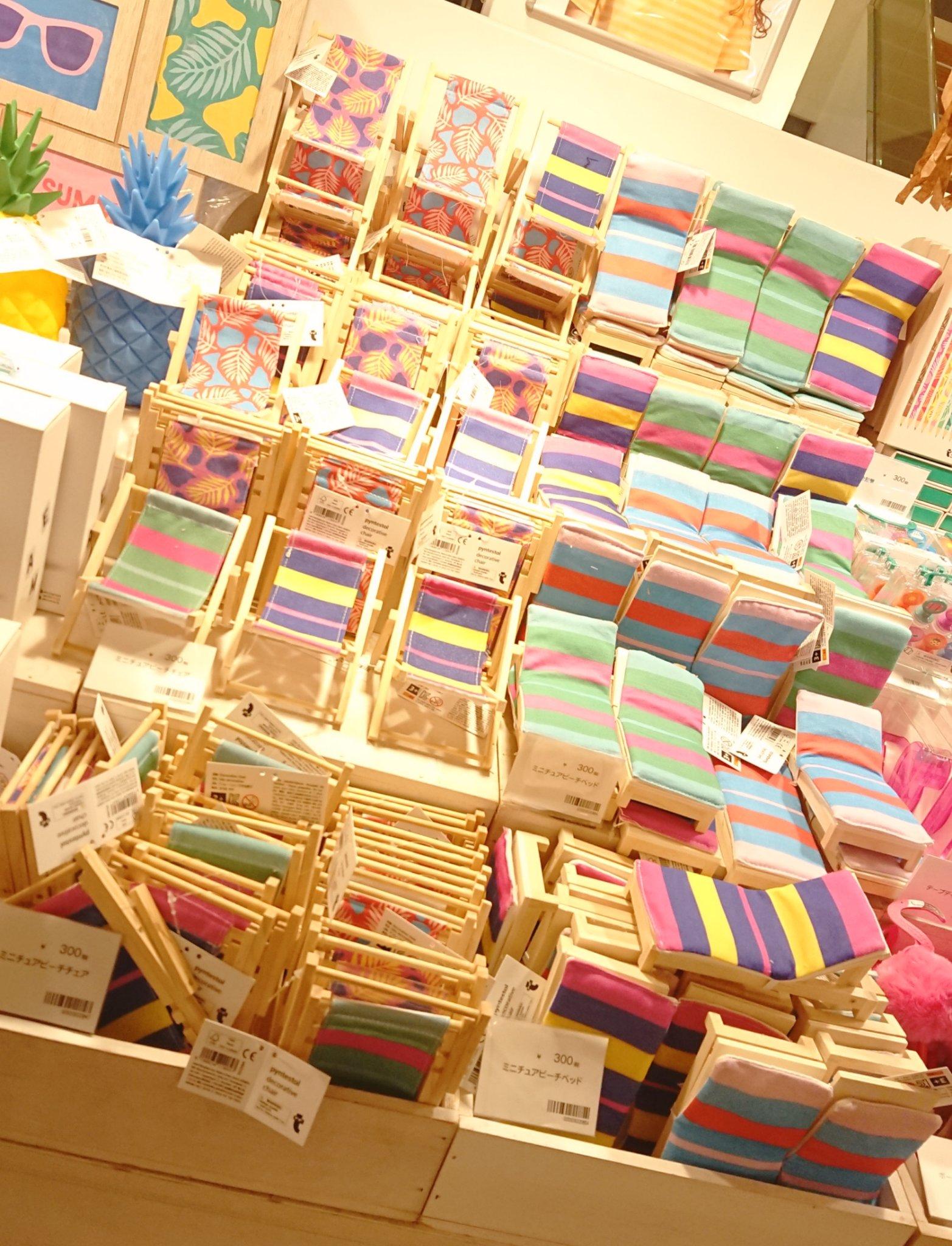 いろいろなかわいい雑貨が置いてあるフライングタイガー。かわいいミニチュア用のベッドなども。