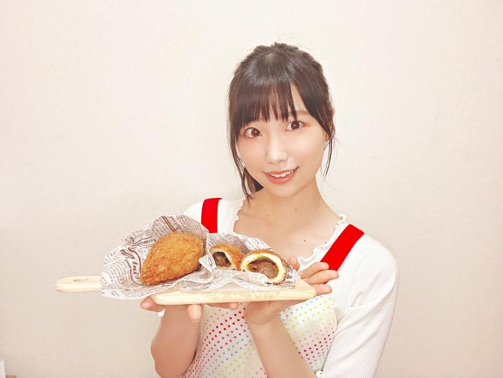 #月刊エンタメ 9・10月合併号の、#HKT48 の #田中美久 さんの連載に、研究生の #小川紗奈さん が登場! 2人に「カレー」を作ってもらいました。小川さんが作ったのはまさかのカレーパン! プロ級でした…。◼︎予約はこちらAmazonセブンネット