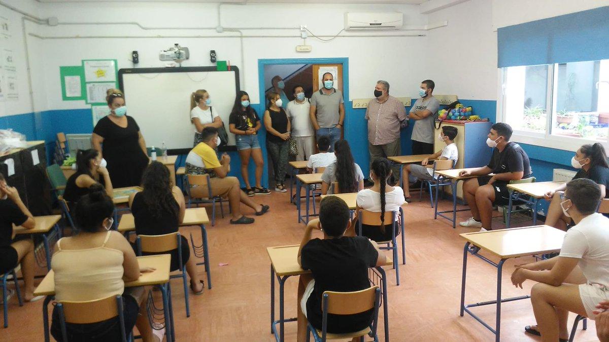 Dos voluntarias de @EducacionUs, en colaboración con @Hdad_LosGitanos, están participando en la Escuela de Verano organizada por @MujeresAkherdi en #CEIPManuelCanela en #PolígonoSur. #MuchaSuerte y #Disfrutad. @unisevilla @DeleFCCE_us https://t.co/pLSYNHS58U