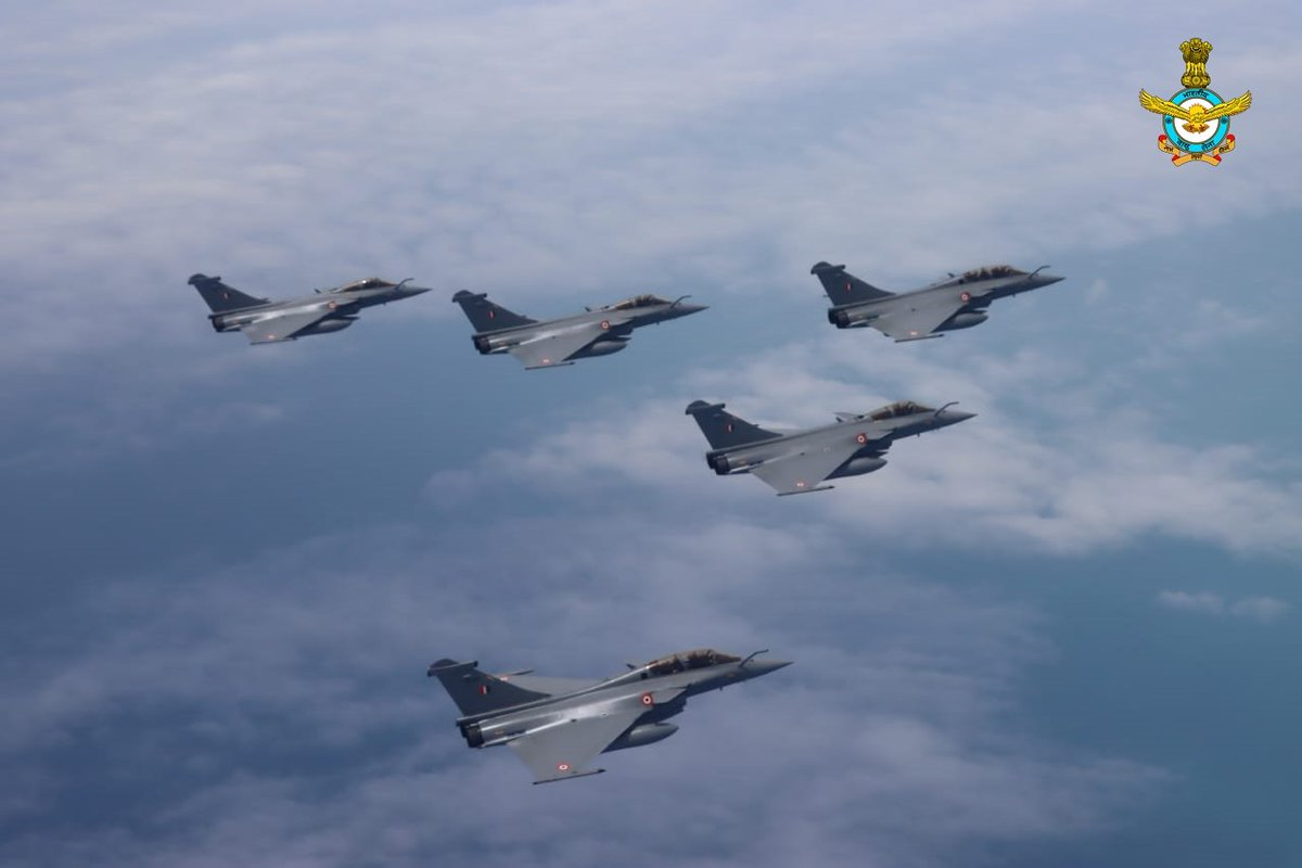 Welcome home Golden Arrows. Blue skies always. The Arrow formation (Rafales) was given ceremonial welcome by SU-30s. #IndianAirForce #RafaleInIndia #Rafale