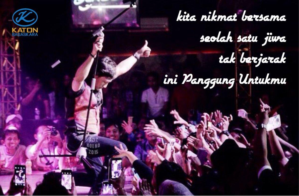 dalam riuh suara kusampaikan laguku kau hantar suasana menghapus lelahku kita nikmat bersama seolah satu jiwa tak berjarak Ini Panggung Untukmu ( bilakah kembali lagiii ?) #katonbagaskara #klaproject #musikindonesia #musik90an #kitakanbisa #bersamalawancorona