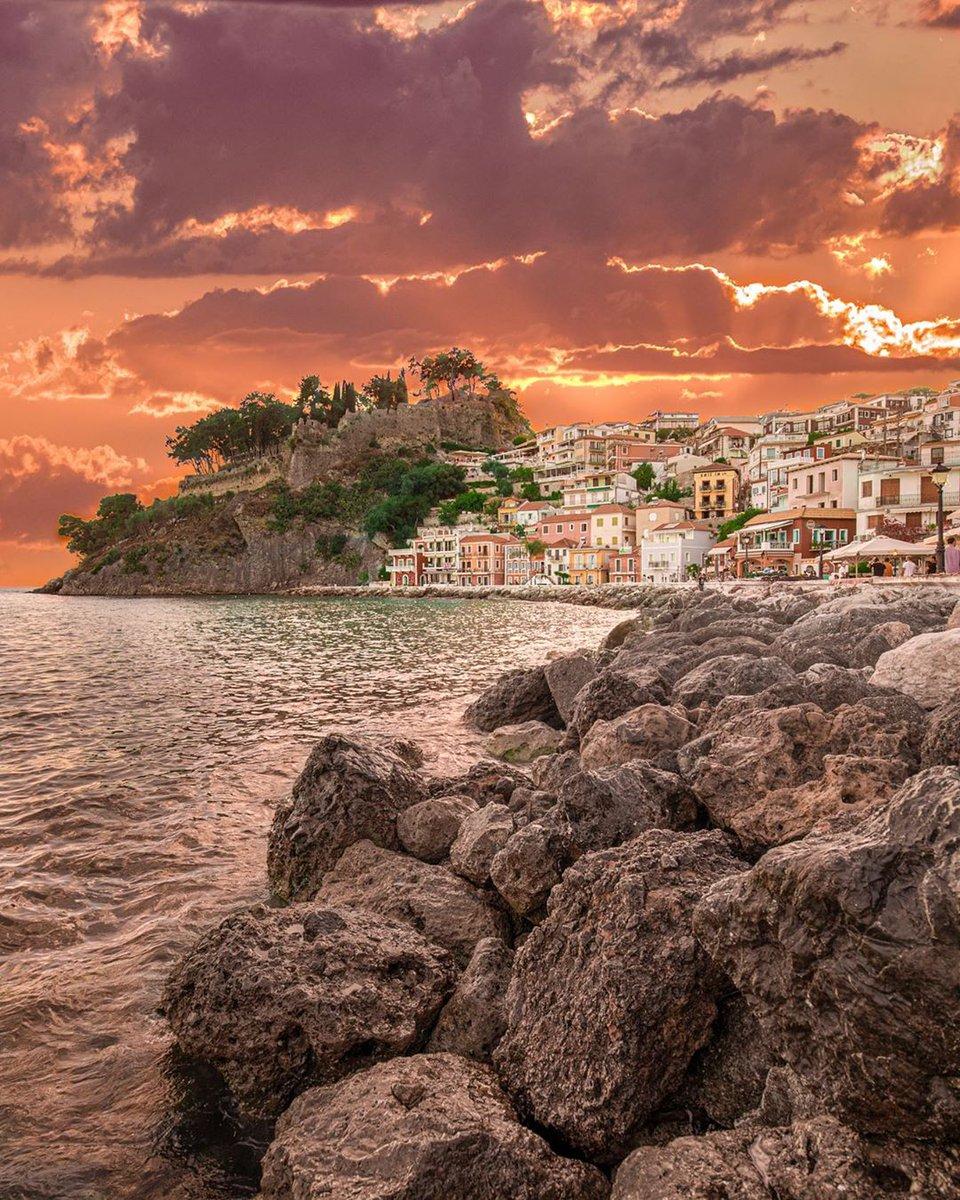 Who wants to have your dinner here ? Tag your friends.  . . Parga, Greece  @visualsofangel  . #alluring_greece #beautifulgreece #divine_villages #epirus #epirus_shots #eros_greece #expression_greece #focus_epirus #great_captures_greece #greece_moments #greece_perfectionpic.twitter.com/sGKWropYAm