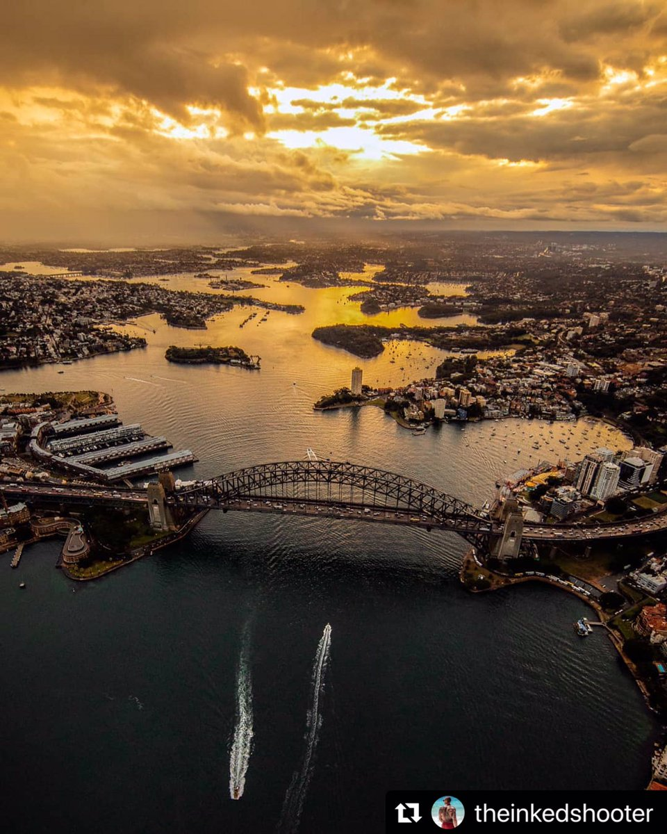A dark 'N' moody #SydneyHarbour from above makes for a uniquely spectacular shot - thanks for sharing @theinkedshooter pic.twitter.com/ZByUp5y3zR