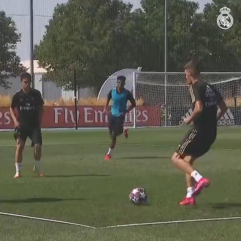 ⚽💪 ¡Mirada puesta en la UEFA Youth League!  🌱 #LaFabrica | #HalaMadrid https://t.co/aOTAJDBHCX