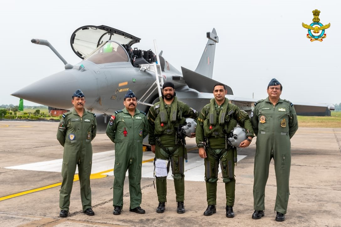 The Chief of the Air Staff Air Chief Marshal RKS Bhadauria & AOC-in-C WAC Air Marshal B Suresh welcomed the first five IAF Rafales which arrived at AF Stn Ambala today. #IndianAirForce #RafaleInIndia #Rafales