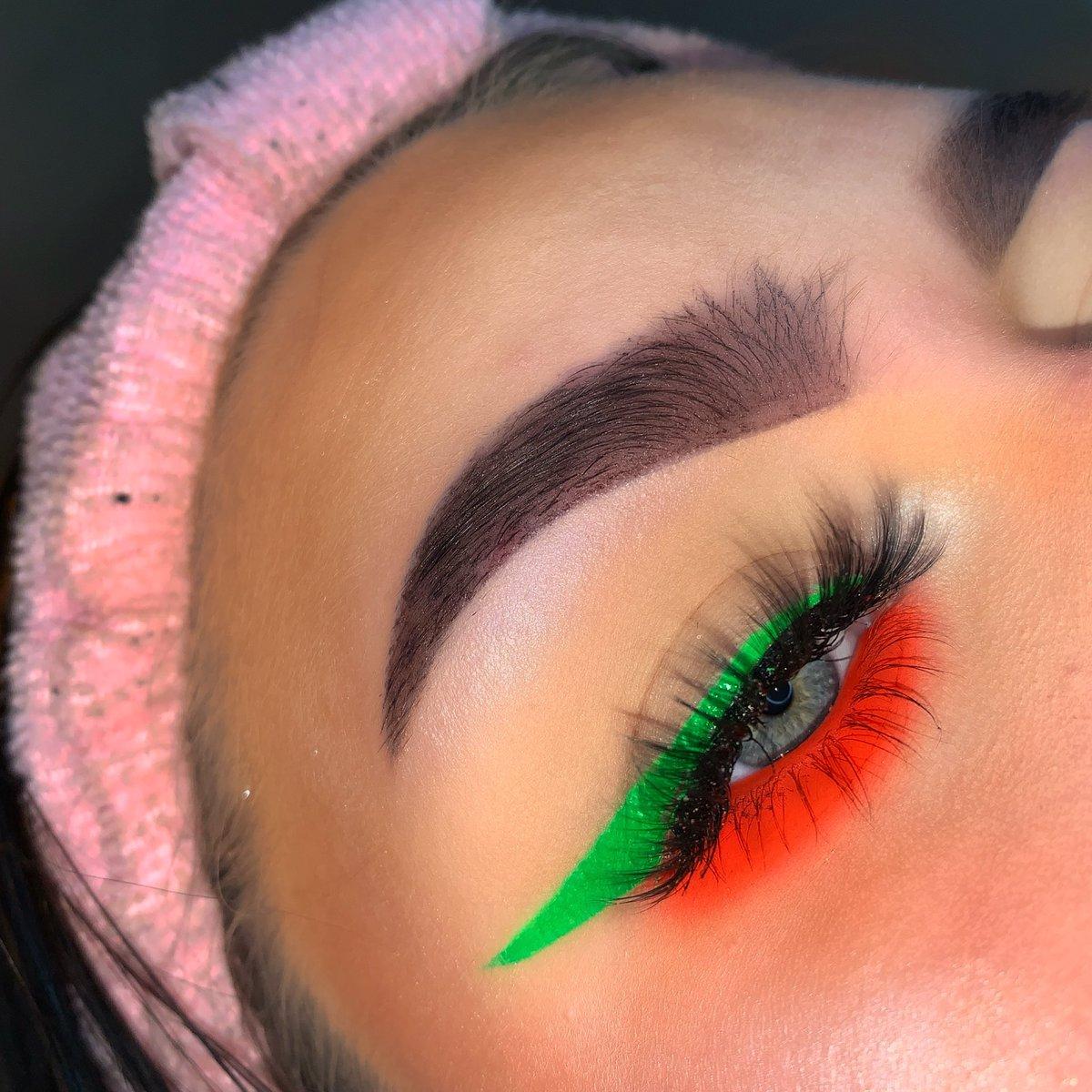 Simple neon look using @Bowsbeautyxx1 Aqua liner in Cactus•Neon pigment in Sex on the beach~@daxiebeauty Lashes in style Stella~@MakeupRVLTN Brow pencil in Dark brown~@xmemebeautyx Brow soap #makeup #makeupartist #mua #selftaughtmua #neon #makeuplookspic.twitter.com/J0Q9QVnapV