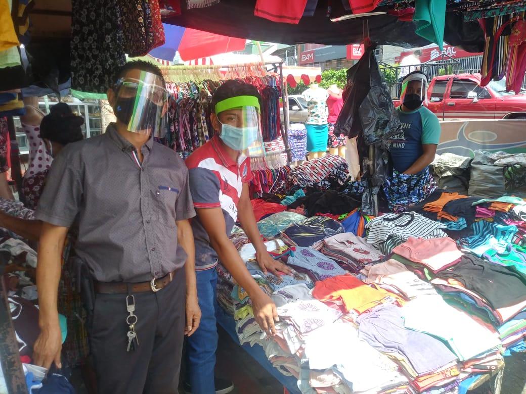 Este día entró en vigencia el uso obligatorio de las caretas faciales y mascarillas en los mercados de Mazatenango, #Suchitepéquez. Cada comerciante tendrá que protegerse al momento de ofrecer sus productos. La intención es contener la Covid-19 debido a la reapertura del país. https://t.co/7QuKsJSts3
