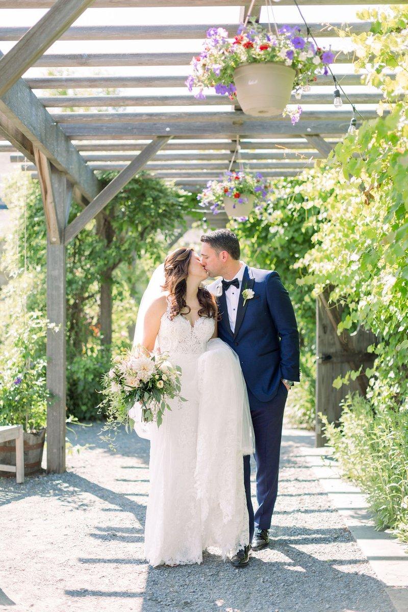 Sealed with a kiss. #SalamanderWedding #WeddingWednesday #weddingseason #summerwedding  Emily Ann Photography https://t.co/TBJYuQB5qc