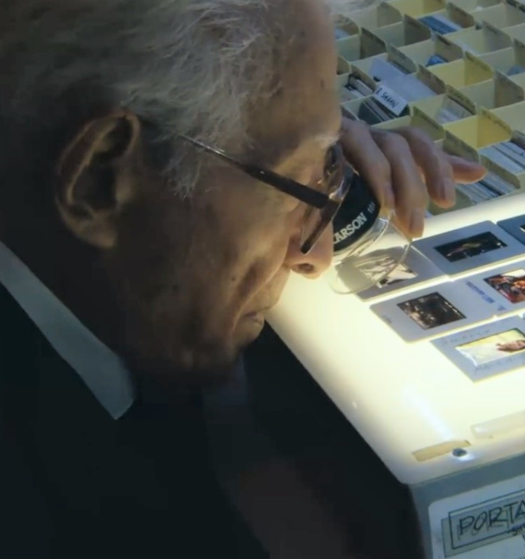 """Spotted our LL-10 LumiLoupe™ Magnifier in Amazon's documentary """"Slim Aarons: The High Life,"""" about George Aarons, a famous American movie photographer. https://t.co/EgTVs3gSft #slimaarons #retrophotography #photographer #magnifier #stampcollecting #coincollecting #numismatics https://t.co/Qpb4eCDuep"""