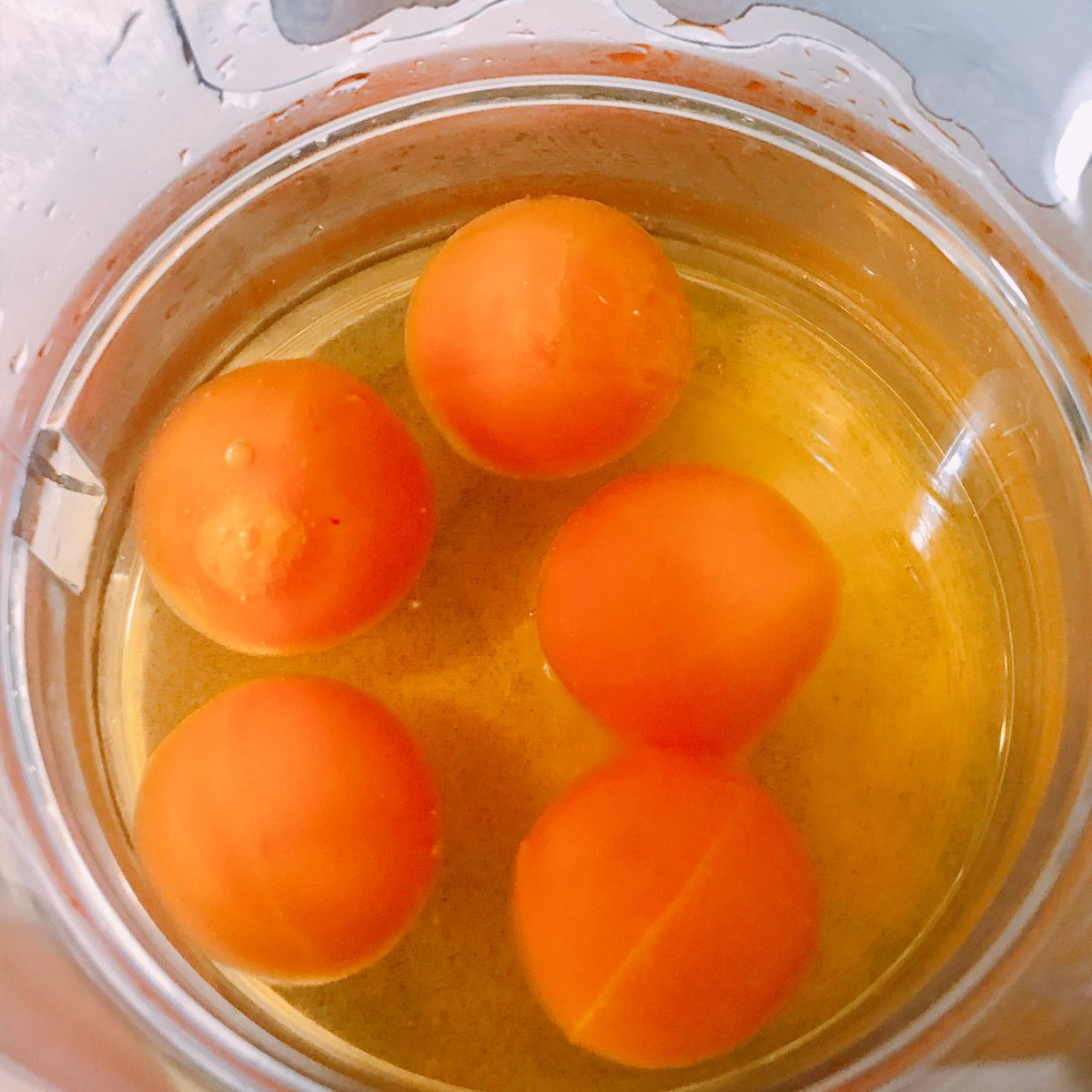 アイスの実をレモンティーに入れた結果?見た目が生卵ドリンクになる!