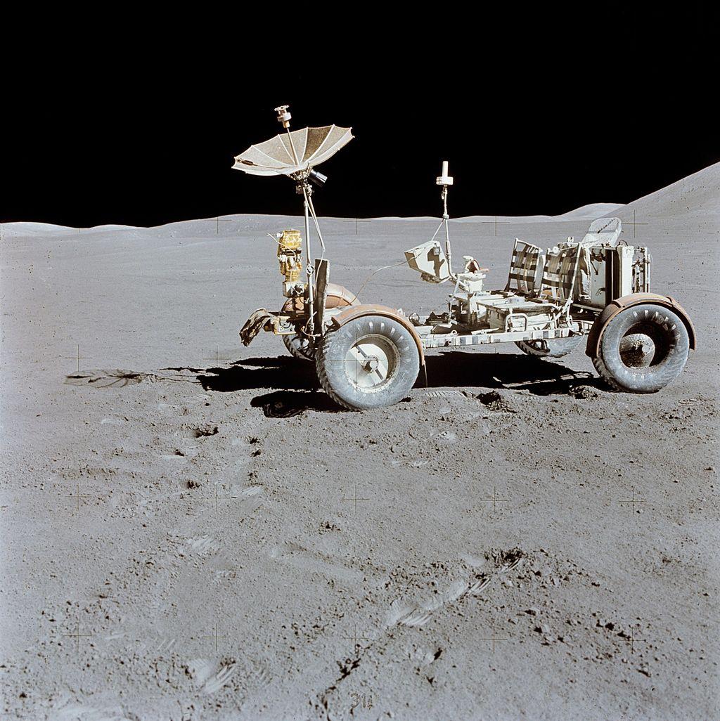 🗓 Kartka z kalendarza - 30 lipca  Tego dnia, w 1971 roku na Księżycu wylądowała ekipa z Apollo 15. Tym razem dzielni selenonauci wzięli ze sobą łazik księżycowy LRV, dzięki któremu po raz pierwszy można było się wozić po srebrnym globie z zawrotną prędkością 13 km/h.  #Historia https://t.co/gtAFN9TFqe