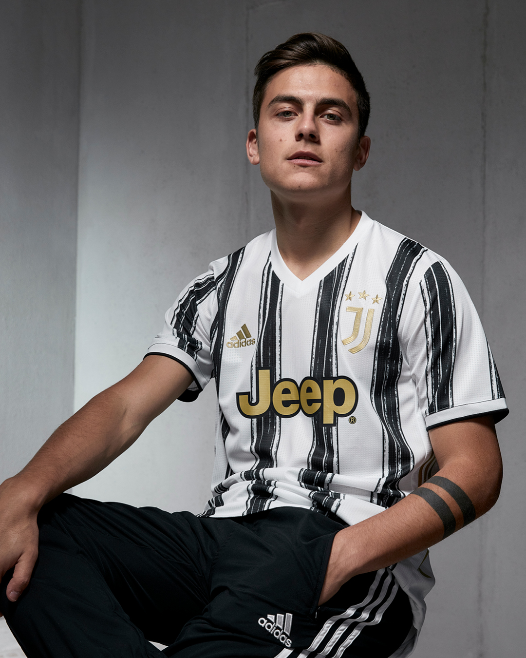 Paulo Dybala memperkenalkan jersey baru Juventus