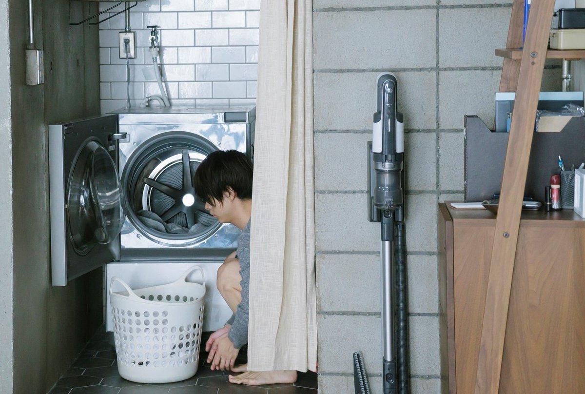 """8月1日――今日は""""洗濯機の日""""恭一(演:#大倉忠義 )の部屋で半同棲生活を送る今ヶ瀬(演:#成田凌 )恭一の帰りを待ちながら、掃除、洗濯、料理…と家事をこなす日々🍳#洗濯物を見つめる今ヶ瀬🩲🩳#家事全般お手のもの#大伴先輩早く帰ってこないかな#窮鼠はチーズの夢を見る 🧀🐭"""
