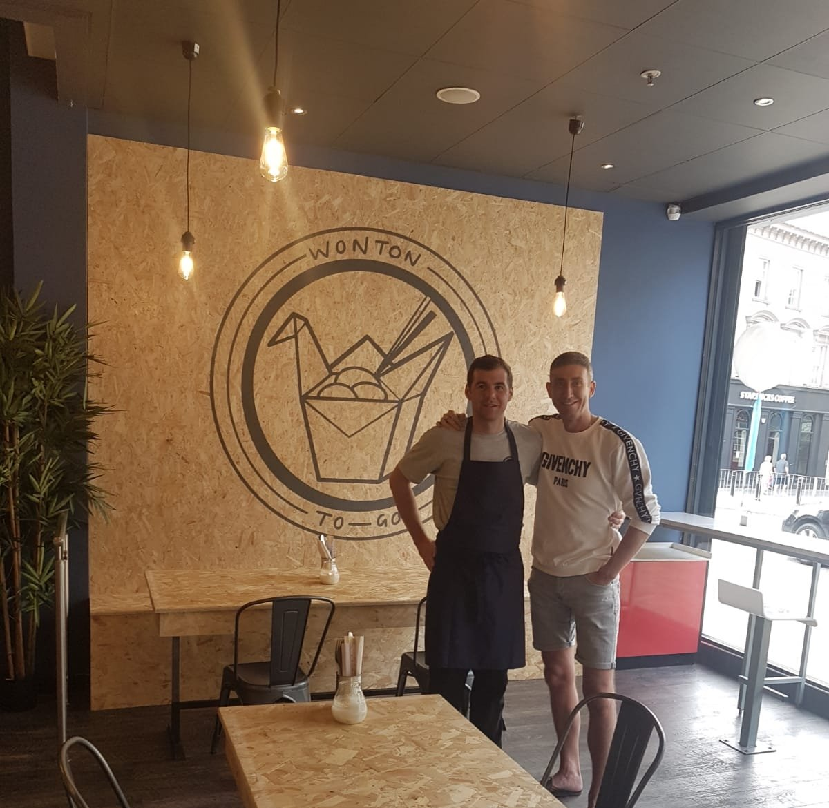Went 2 town 1st time in ages,went this NEW place called Wonton To Go,concept is, food u order all £ goes to @Holiday_Hunger charity helps feed kids who families can't afford to feed them. It's win win, have BOSS food & u do ur bit 2 help charity at the same time  @westbrookdanni https://t.co/yPQqCPfn09