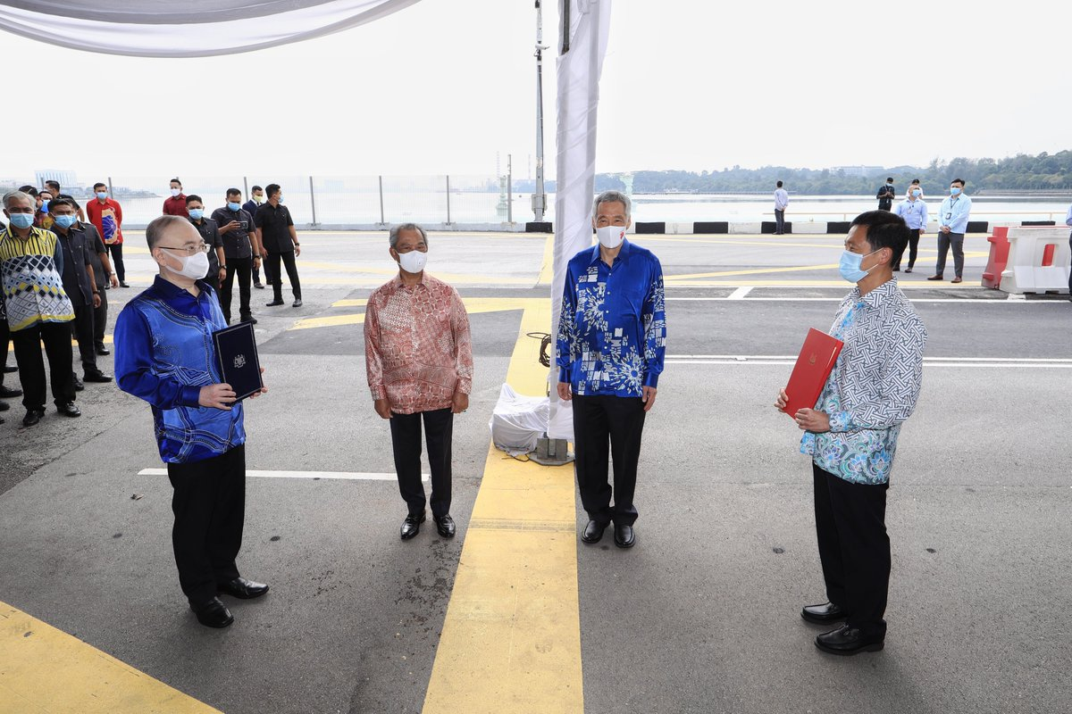 Singapore & Malaysia have formally agreed to resume the Rapid Transit System (RTS) Link Project. PM @MuhyiddinYassin & I witnessed the presentation of the signed agreements at a bilateral ceremony on the Causeway tdy. 🇸🇬🇲🇾– LHL https://t.co/ntCGRu11Mb https://t.co/Ynp1aKiic2