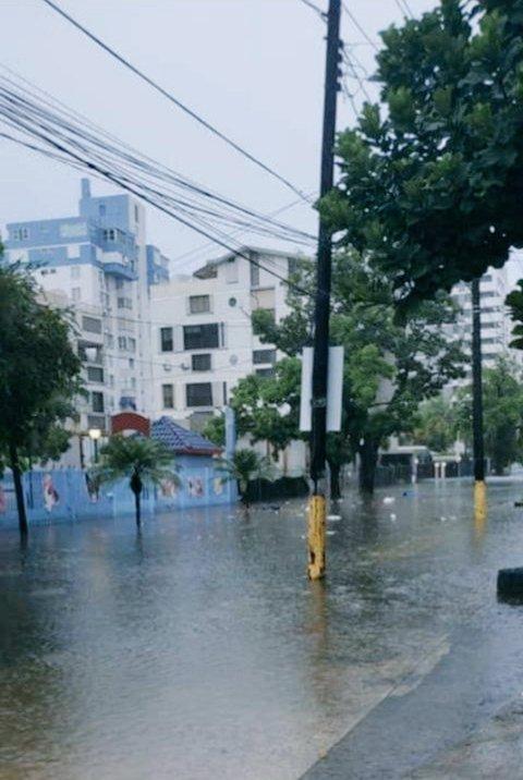 Inundaciones en zona de Condado en la mañana de hoy 200730. Precaución. En tiempos de #TormentaTropical estamos #ContigoTodoElCamino @adamonzon @DeborahTiempo @drjaen @RobbyCortes @felipegomez1960 @JohnMoralesNBC6 @NMEADpr @ciudadpatriapic.twitter.com/PHxxnTm1nL
