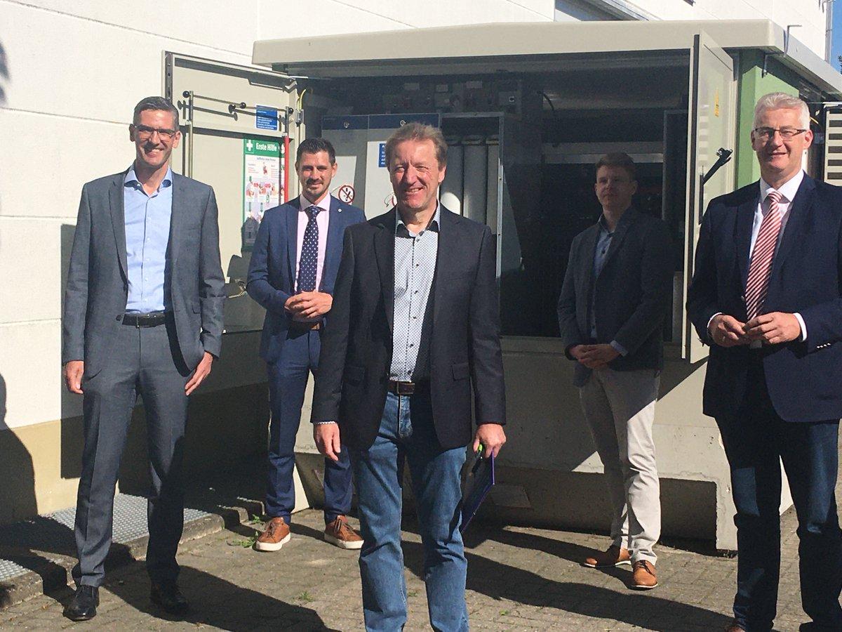 Abbenhausen, bei Twistringen, wird Teil eines EU-Forschungsprojekts, das unter der Federführung von Avacon in Deutschland läuft. In einem dreijährigen Feldtest wird untersucht, wie ein Stromnetz der Zukunft aussehen könnte.  https://www.avacon.de/de/ueber-uns/newsroom/pressemitteilungen/avacon_zukunftsprojekt_abbenhausen.html…pic.twitter.com/OKfdVAWzXv