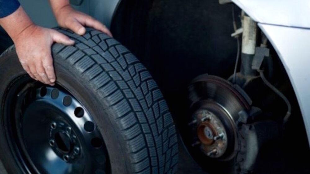 Mette in vendita quattro pneumatici su internet, g...