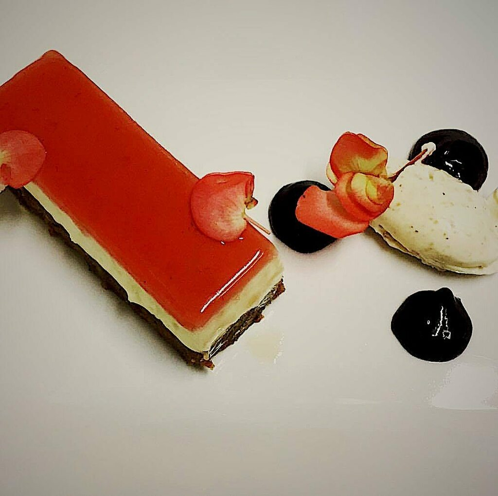 Red apple cheesecake  . . . . . #oxford #foodporn #foodie #foodphotography #foodblogger #likeforlikes #eeeeeats #followforfollowback #oxforduniversity #oxfordfood #eat #delicious #tbt pic.twitter.com/s8yiFaDlII