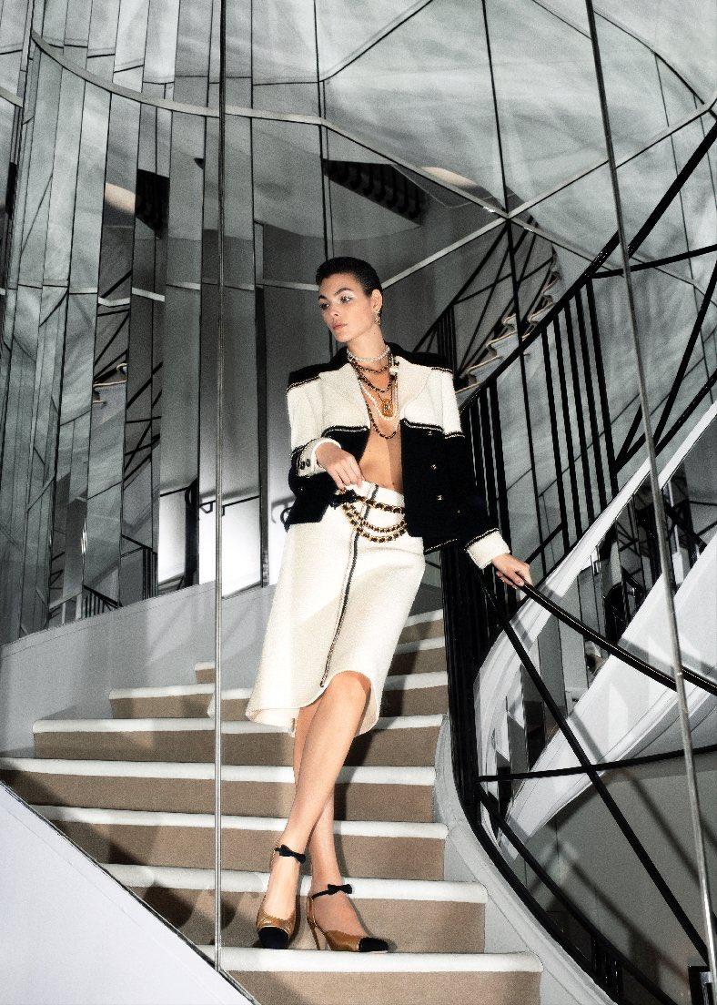 La veste #CHANEL est réinterprétée en version bicolore et recouverte de camélias réalisés par la Maison #Lemarié. La collection #CHANELMetiersdArt 2019/20 Paris – 31 rue Cambon, imaginée par #VirginieViard et photographiée par Melodie Mcdaniel est arrivée en boutique.